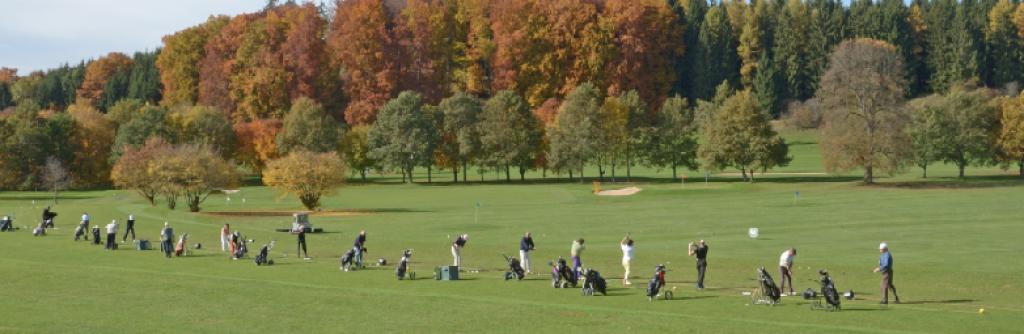 Abschlagen auf Gras: Die Driving Rang des Golfclubs Starnberg