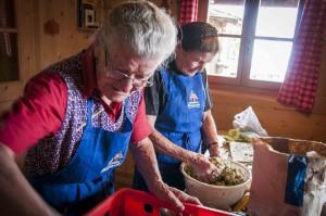 Bei der Feldthurner Bergwoche bereiten die  Bäuerinnen Südtiroler Kasknödel nach  Großmutter Art zu, Foto: Heiner Sieger
