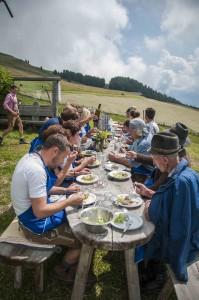 Zum Mittagessen waren die Bäuerinnen wieder  eifrig und haben vor der Alm eine lange Tafel  vorbereitet, dekoriert mit ein paar Sträußen  bunter Wiesenblumen. Foto: Annelies Leitner