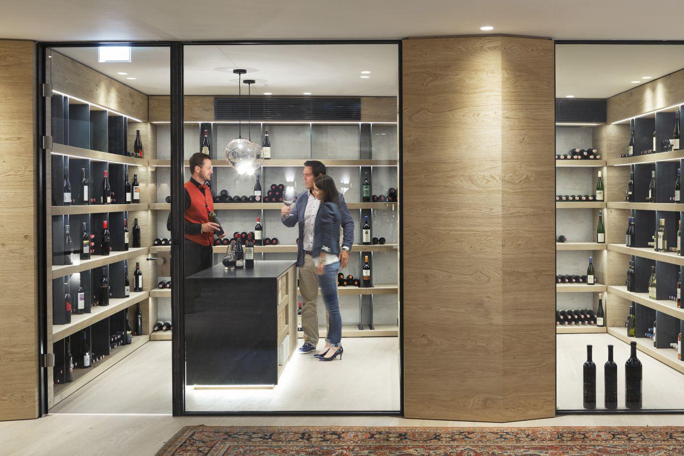 Zeit für einen edlen Tropfen: Das ElisabethHotel bietet seinen Gästen eine eigene Weingalerie