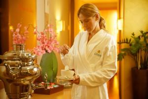 frau_in_wellnessareal_bei_zubereitung_von_entspannungstee_hotel_spa_larimar