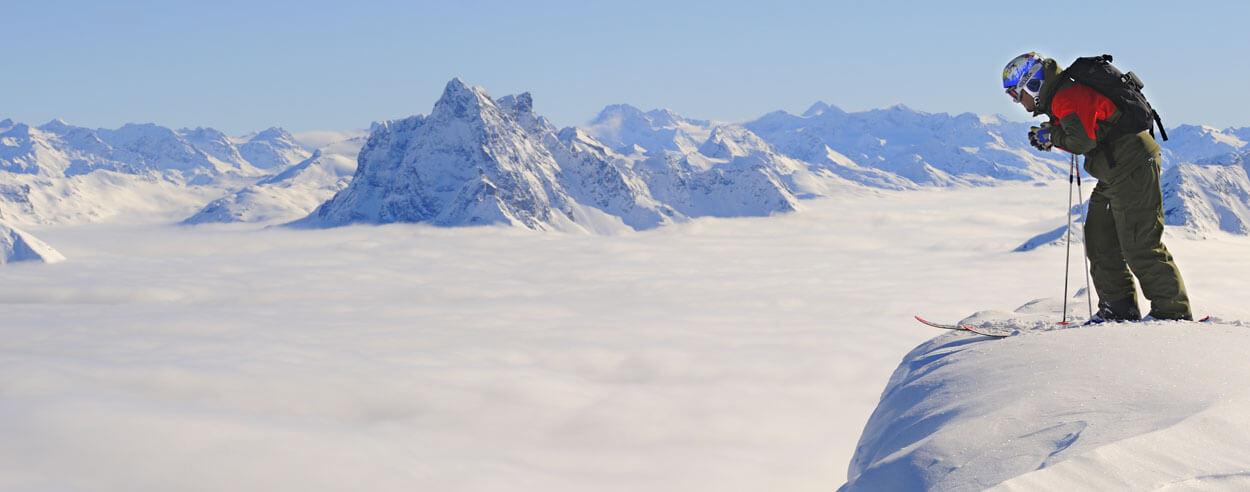 skifahrer_mit_panorama_c_foto_mallaun_josef_ski_arlberg