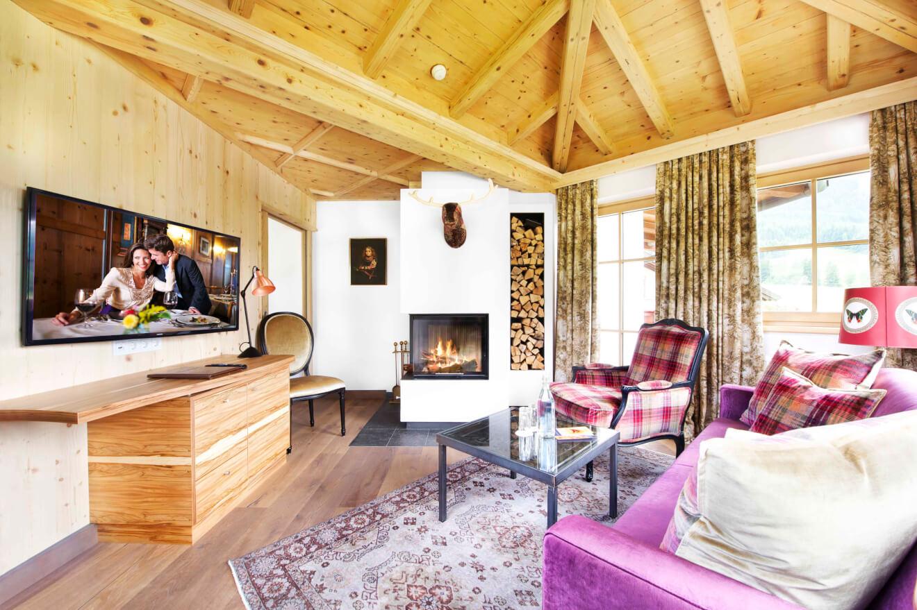 Wunderschön und gemütlich: Das Wohnzimmer der Konrad Nusko Suite verfügt über einen Kamin. Foto: Krallerhof