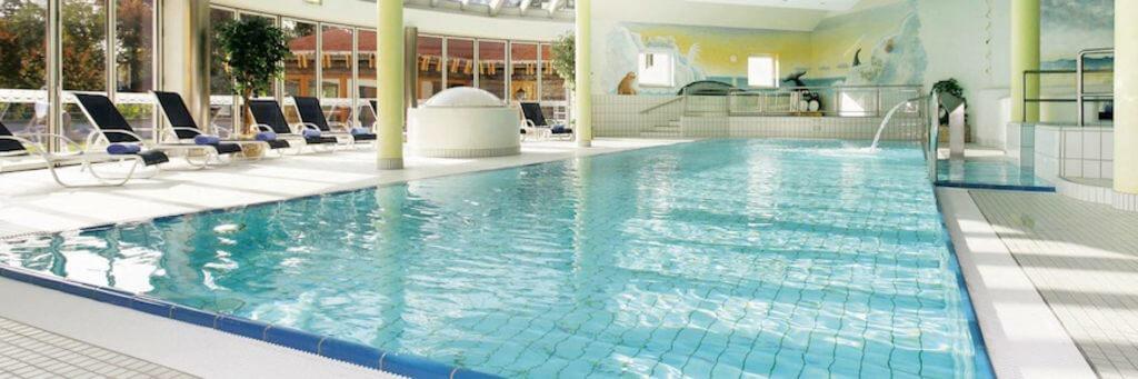Perfekt für den Kurzurlaub: Das Hotel Alpenhof verfügt über einen großen Spa-Bereich samt Indoor- und Outdoor-Pool. Foto: Hotel Alpenhof