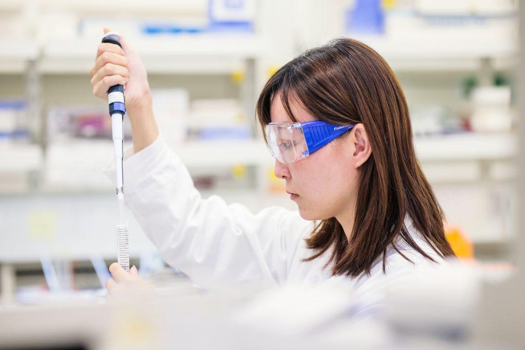 Weltweit wurde in den Labors nach einem Impfstoff gegen das Corona-Virus geforscht. Das Foto zeigt eine wissenschaftliche Mitarbeiterin von AstraZeneca Foto: AstraZeneca